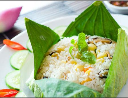 Cơm gói lá sen - đặc sản Đồng Tháp ngọt bùi
