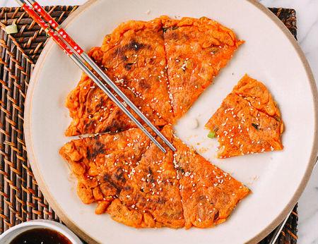 Ăn sáng ngon mà không ngán với món bánh kim chi tự làm
