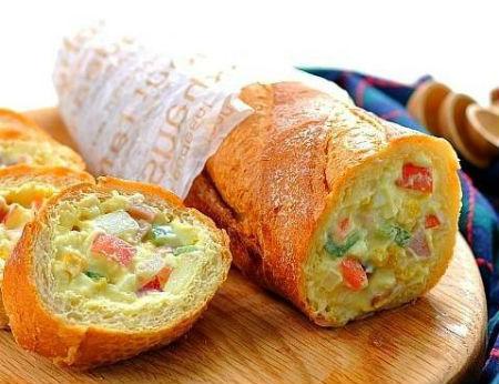 Bánh mỳ nhồi salad khoai tây ngon lạ cho bữa sáng